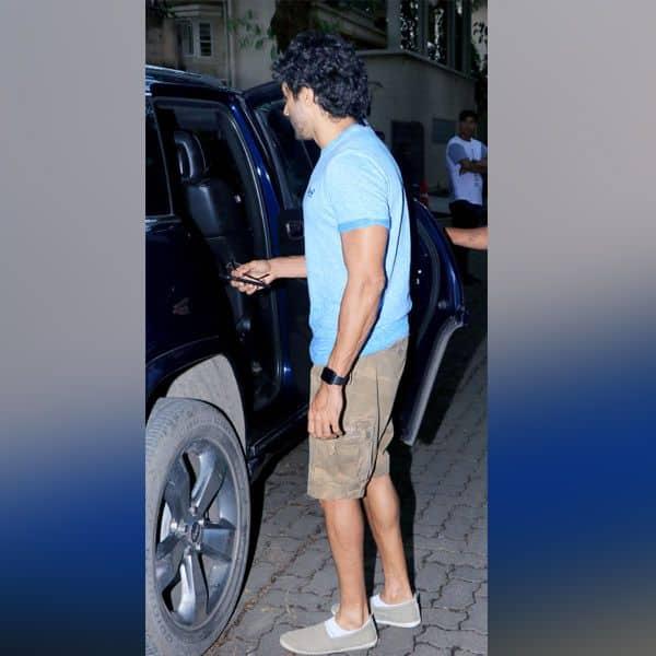 कैमरे को देखते ही कार में जा बैठे Farhan Akhtar