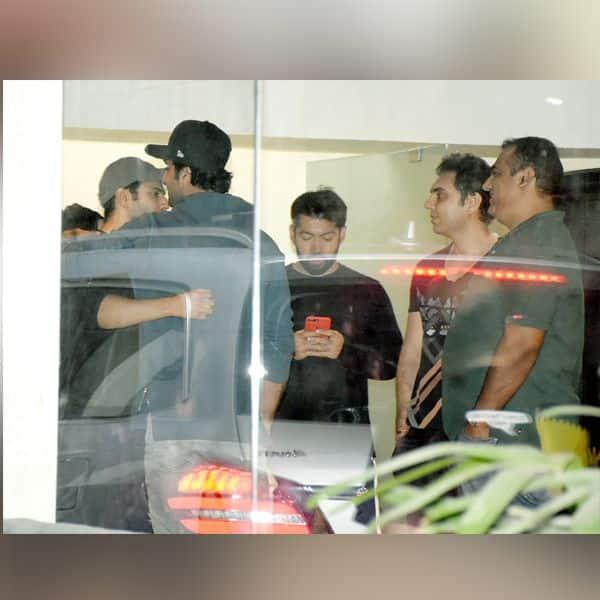 Ranbir Kapoor से गर्मजोशी के साथ गले लगते नजर आए Varun Dhawan