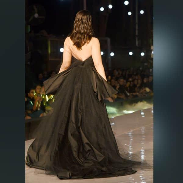 ब्लैक गाउन में कमाल लग रही थीं Kareena Kapoor