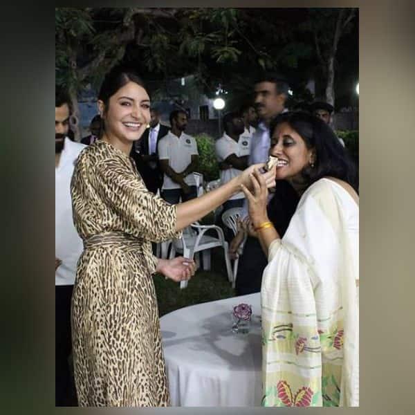 सबके साथ घुलमिल गई Anushka Sharma
