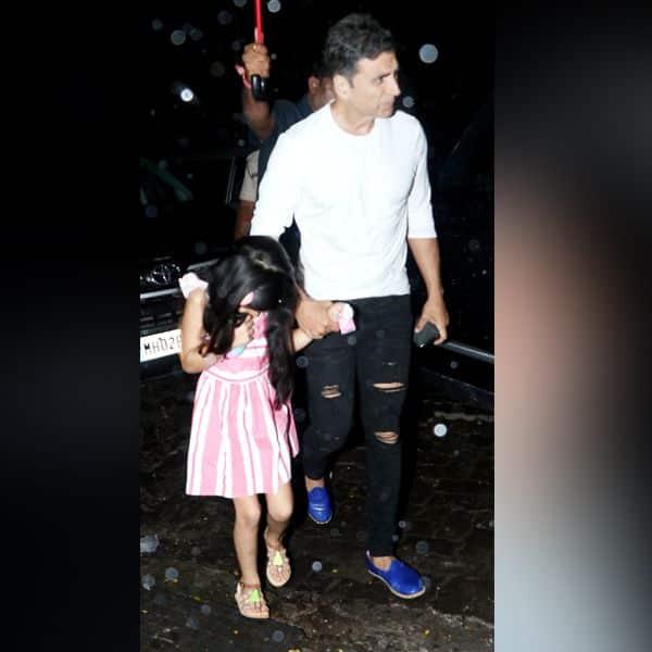 झमाझम बारिश में परिवार के साथ डिनर करने पहुंचे Akshay Kumar