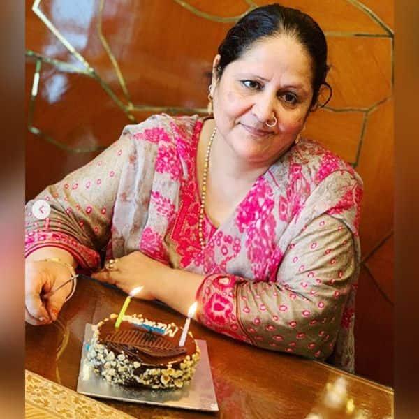 हिना खान की मां ने काटा जन्मदिन का केक