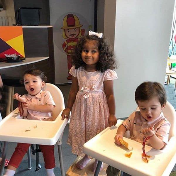 दोनों भाईयों के बीच मुस्कुराती बेबी निशा