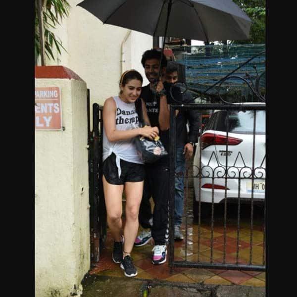 बारिश में बाहर निकले दोनों