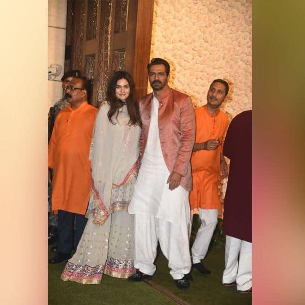 गर्लफ्रेंड के साथ पोज देते दिखे अर्जुन रामपाल