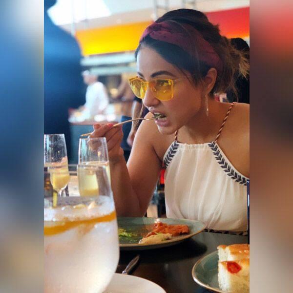 Hina Khan ने उठाया लजीज खाने का लुत्फ