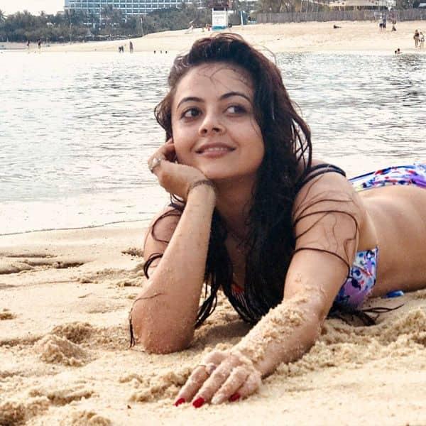 रेत पर लेेटे-लेटे Devoleena Bhattacharjee ने दिया पोज