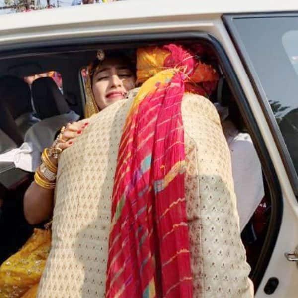 परिवार से बिछुड़ते रो पड़ी Mohena Kumari