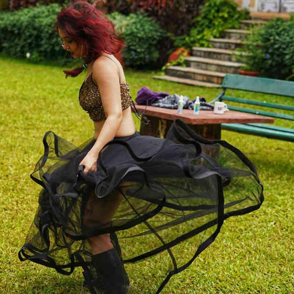 जालीदार ब्लैक ड्रेस में खेलती नजर आई इरा खान