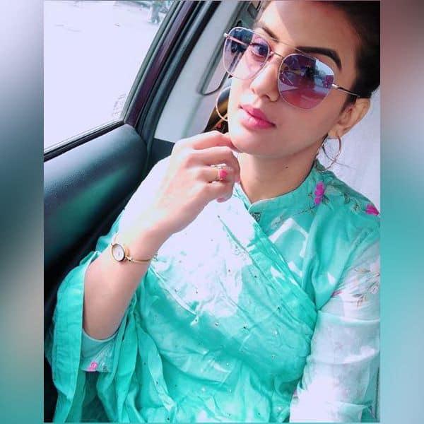 चश्मा लगाकर टशन दिखाती हैं Akshara Singh