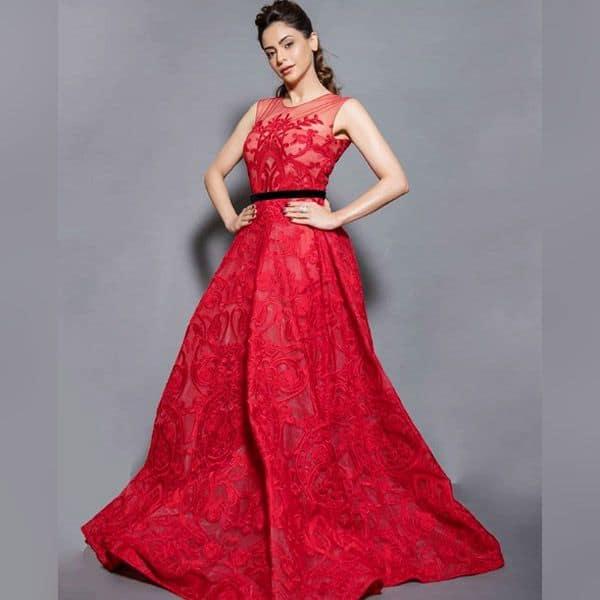 रेड गाउन में काफी हॉट लग रही है Aamna Sharif