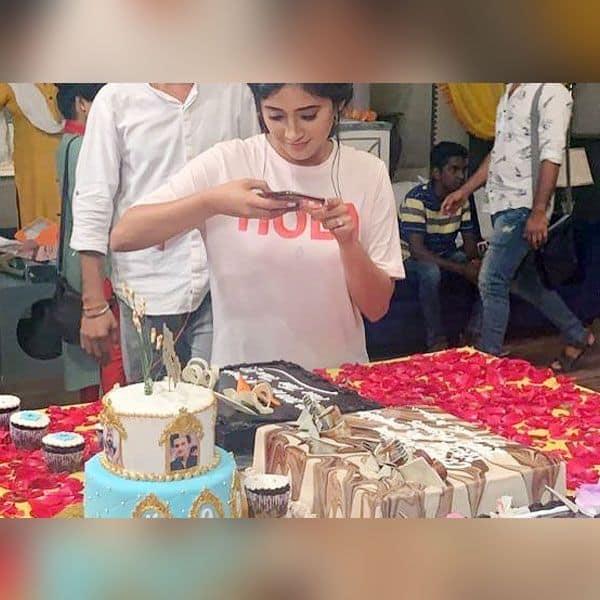 शिवांगी जोशी ने ली केक की सेल्फी
