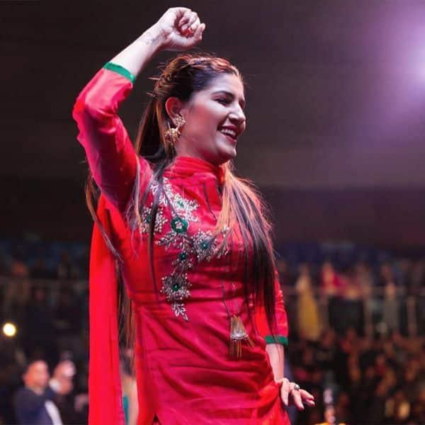 रंग-बिरंगे कपड़े पहनना पसंद करती हैं Sapna Choudhary