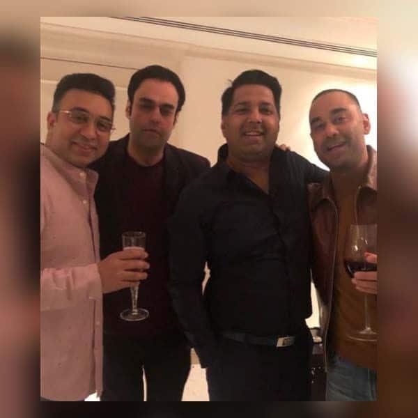 राज के दोस्तों ने जमकर उठाया पार्टी का लुत्फ