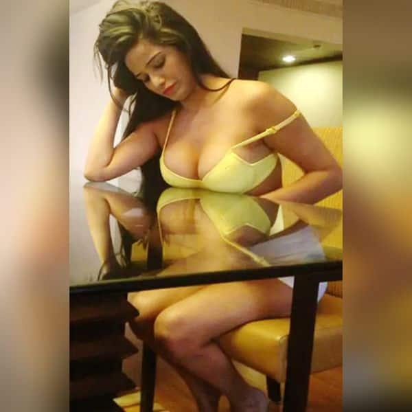 Poonam Pandey Hot & Sexy Wallpaper