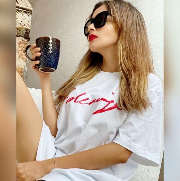 सफेद टी-शर्ट में दिखीं Tina Datta