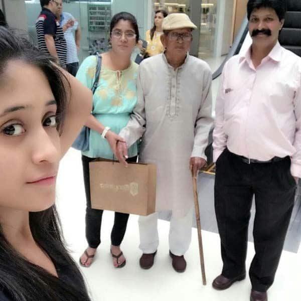 फैमिली आउटिंग पर हमेशा दादा जी को साथ ले जाती थी शिवांगी जोशी (Shivangi Joshi)