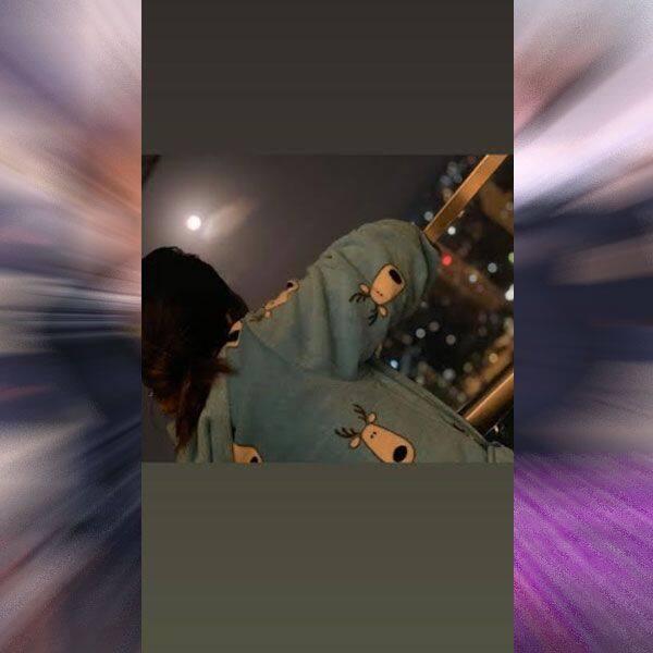 चांद को निहारती दिखीं Hina Khan