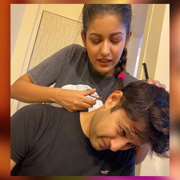 परफेक्शन के साथ बाल काट रही हैं Ishita Dutta