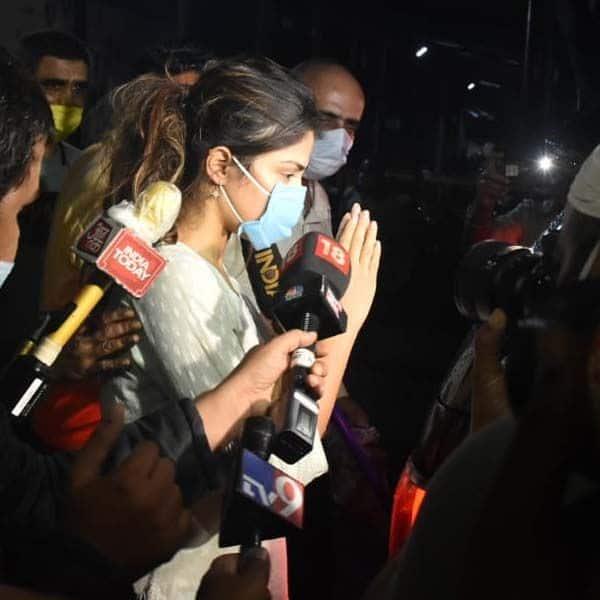 मीडिया को देखकर रिया चक्रवर्ती ने दिया ऐसा रिएक्शन