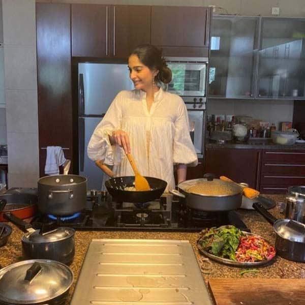 काफी बड़ा है सोनम कपूर (Sonam Kapoor) का किचन