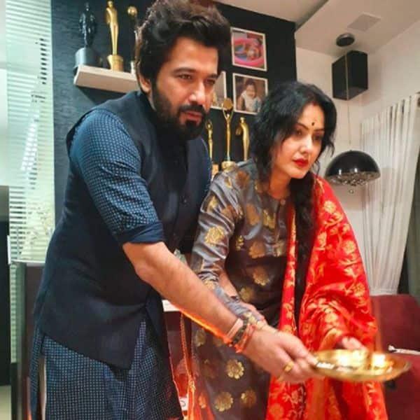 पति के साथ बप्पा की पूजा करती हैं काम्या पंजाबी
