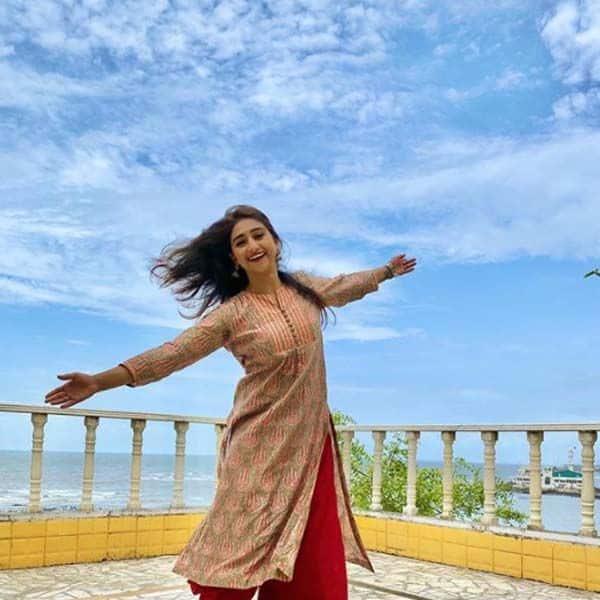 घर की छत पर मोहिना कुमारी सिंह ने किया डांस