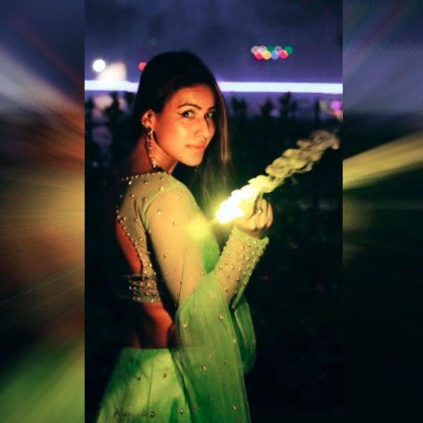 कातिलाना अंदाज में फुलझड़ी जला रही हैं निया शर्मा