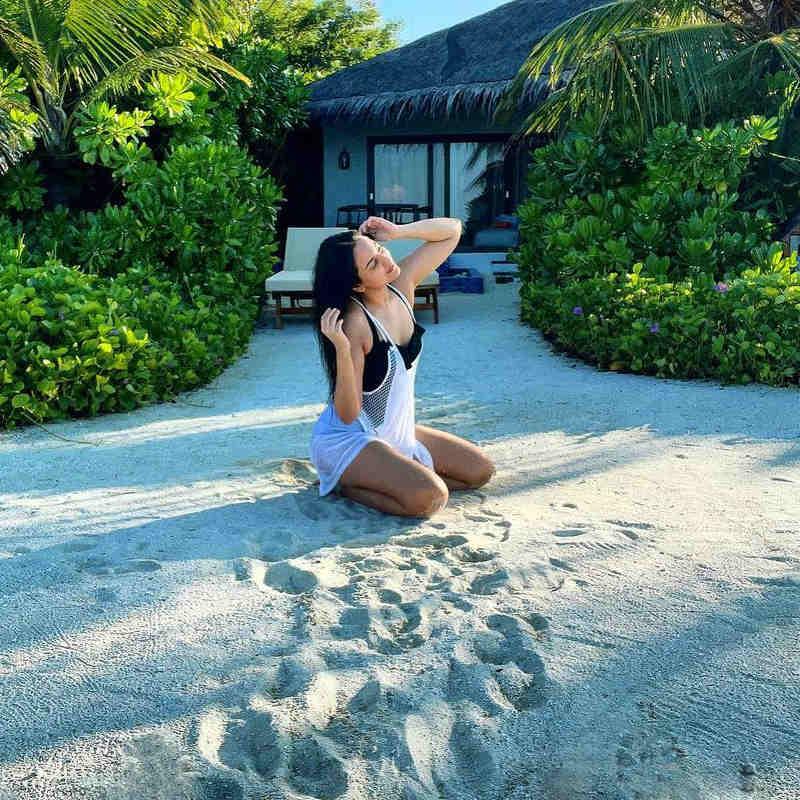 रेत पर बैठकर सोनाक्षी ने दिखाईं अदाएं