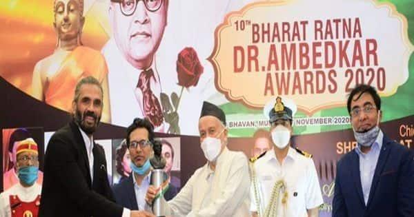 suniel shetty richa chaddha and sonu nigam received 10th Bharat Ratna Dr  Ambedkar award by bhagat singh koshyari : कोरोना लॉकडाउन में अच्छा काम करने  के लिए सुनील शेट्टी सहित सोनू निगम