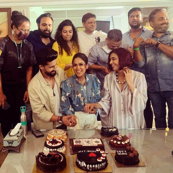 अचिंत कौर और रवि दुबे संग निया शर्मा ने काटा केक