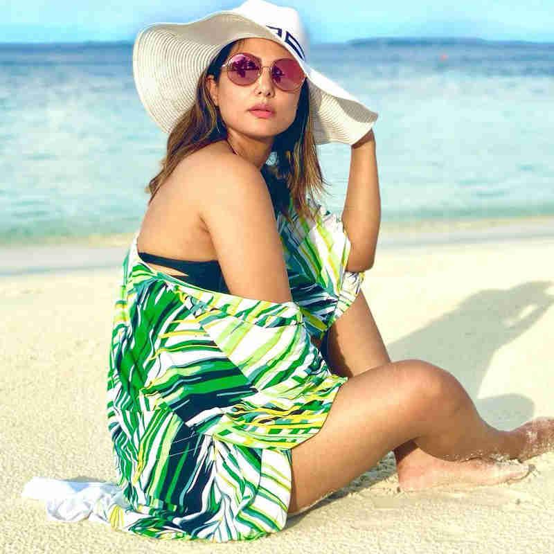 रेत से खेलती दिखीं Hina Khan
