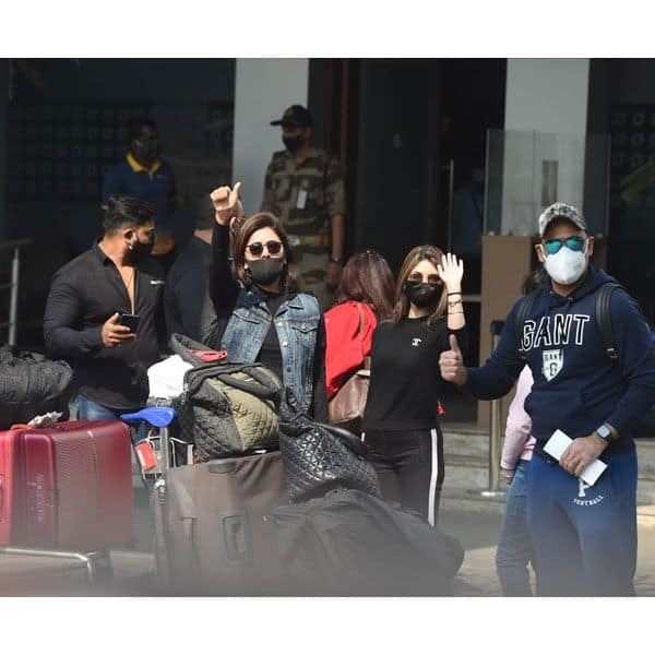 एयरपोर्ट पर मीडिया को दिए कई पोज