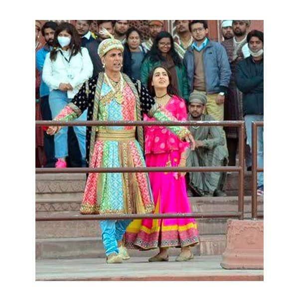 रोमांटिक मूड में दिखे अक्षय कुमार और सारा अली खान