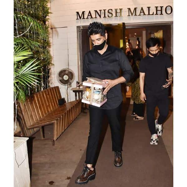 गौहर खान और जैद दरबार को स्टोर से बाहर छोड़ते आते वक्त मनीष मल्होत्रा के हाथ में एक पिंक बॉक्स दिखाई दिया था।