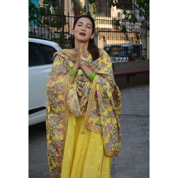 पीले रंग के सूट में खिल गईं गौहर खान की खूबसूरती