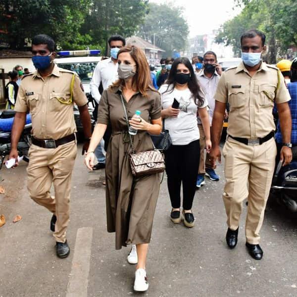 पुलिसकर्मियों संग दिखी Sussanne Khan