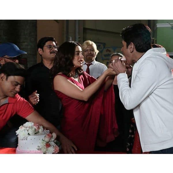 जब नेहा पेंडसे (Nehha Pendse) ने अपने ऑन स्क्रीन पति को खिलाया केक