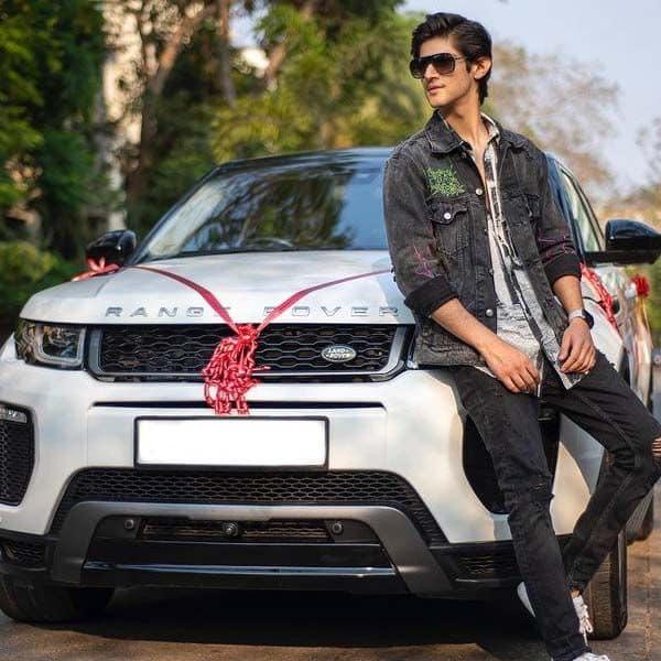 चमचमाती कार के साथ रोहन मेहरा ने क्लिक करवाईं फोटोज