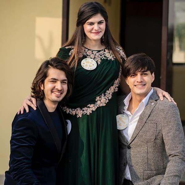 भाइयों को देखकर खुश हुई जेबा खान (Zeba Khan)