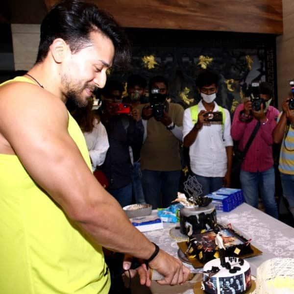 टाइगर श्रॉफ ने मीडिया के सामने काटा बर्थडे केक