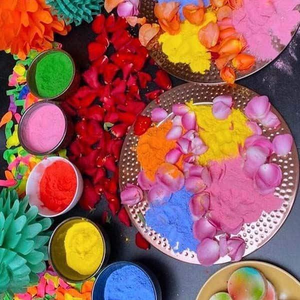 फूलों और रंगों से सजा दिखा देसी गर्ल का घर