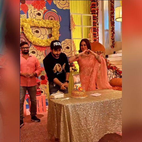 धीरज धूपर (Dheeraj Dhoopar) पर प्यार लुटाती दिखीं श्रद्धा आर्या (Shraddha Arya)