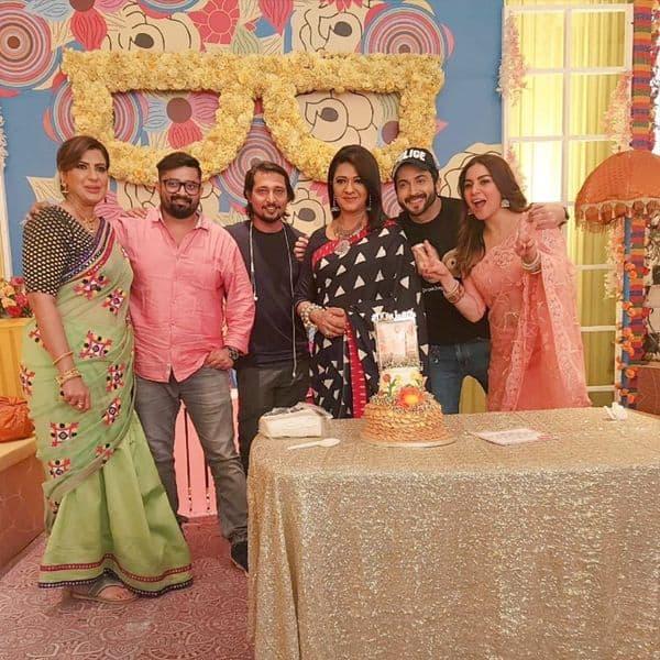 पूरी टीम के साथ धीरज धूपर (Dheeraj Dhoopar) और श्रद्धा आर्या (Shraddha Arya) ने बांटी खुशियां