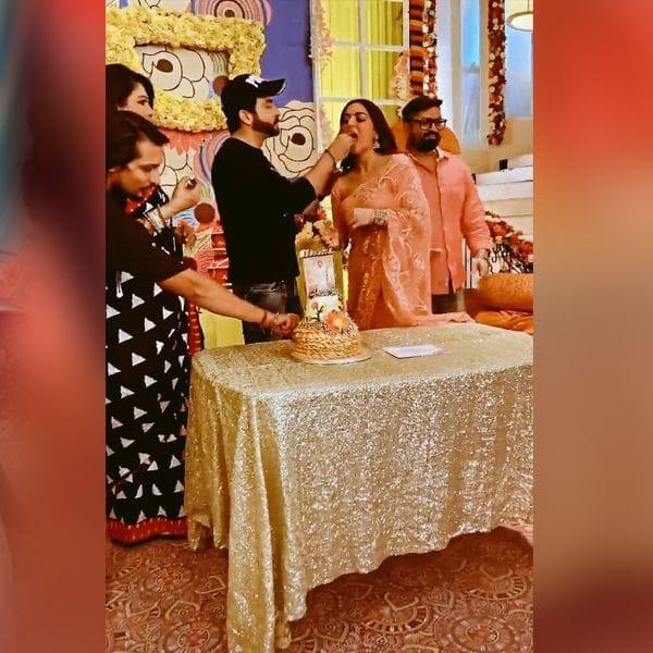 श्रद्धा आर्या (Shraddha Arya) को केक खिलाते दिखे धीरज धूपर (Dheeraj Dhoopar)
