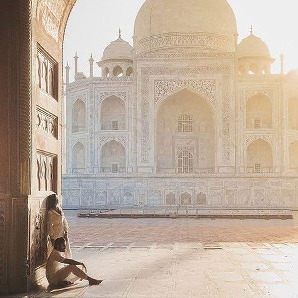 ताजमहल का दीदार कर रोमांटिक हुआ कपल
