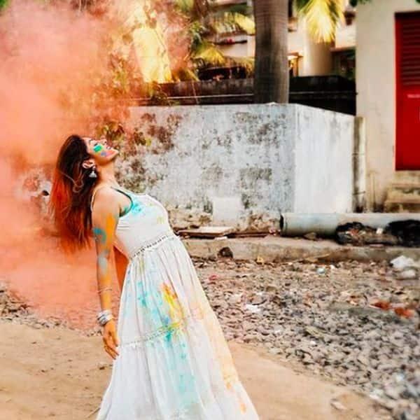 अकेले ही होली खेलती नजर आईं  दीपिका सिंह (Deepika Singh)