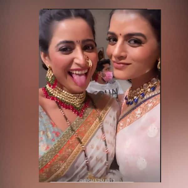 ऐश्वर्या शर्मा (Aishwarya Sharma) और मिताली नाग (Mitaali Nag) ने चिढ़ाई चीभ