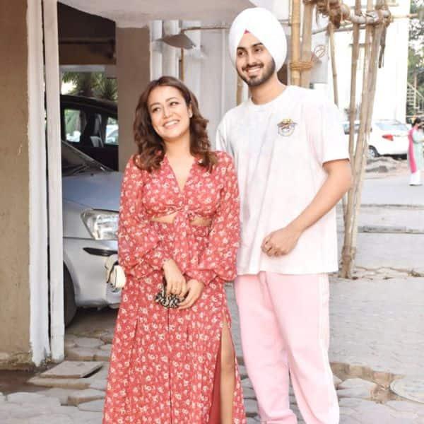 अपने पति रोहनप्रीत के साथ पोज देती दिखीं नेहा कक्कड़ (Neha Kakkar)