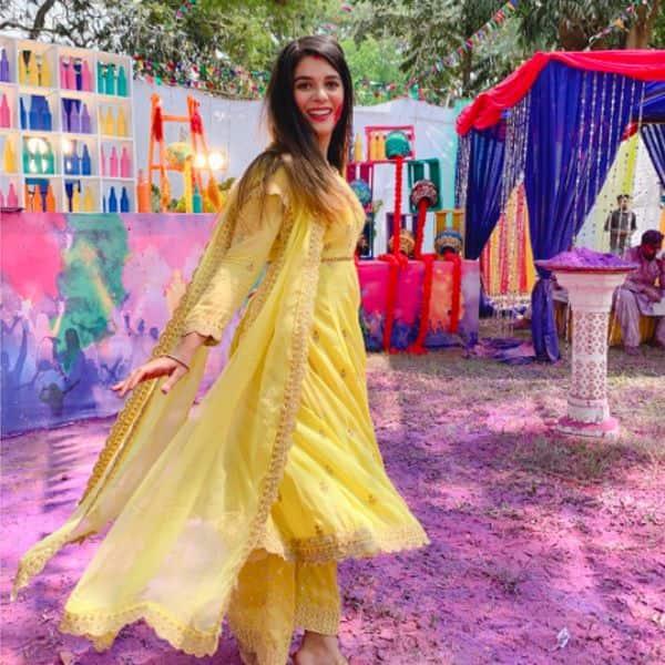 पूजा गौर (Pooja Gor) ने सेट पर दिए जमकर पोज